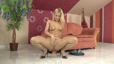NYLON PEE GIRLS / Nikky Thorn Pee in her Nylons